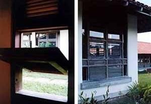 Figura 20 – À esquerda, combinação de janela basculante com veneziana móvel. À direita, Desenho de janela com jogo plástico em vidro e madeira<br />Fotos Mirian Keiko Ito Rovo