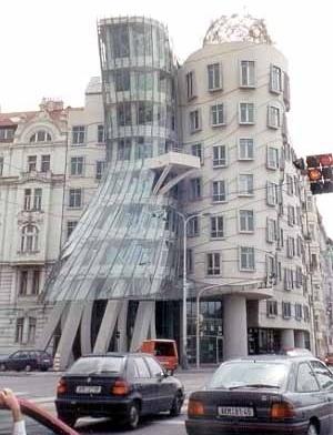 O edifício Ginger & Fred, de Frank Gehry, em Praga, República Checa <br />Foto L. Castello