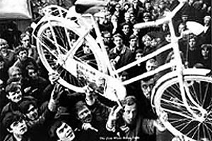 """White bicycle plan"", Amsterdã, 1966 [http://paginas.terra.com.br/arte/anaholck]"
